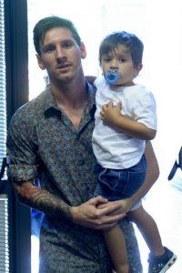 Lionel Messi llegó con su hijo, Thiago. Foto:AFP