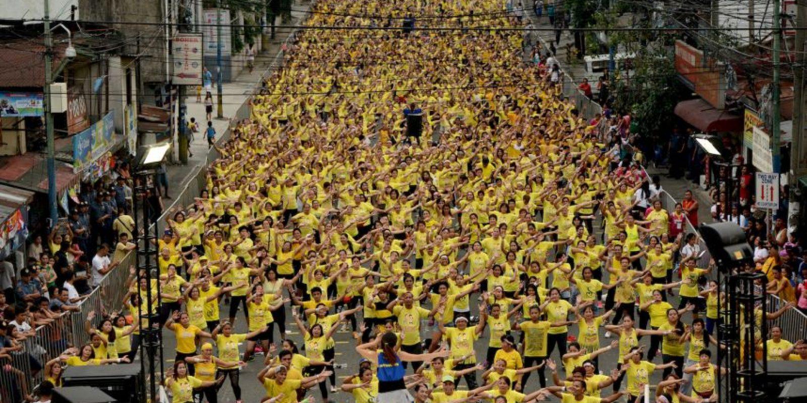 Clase gigante de Zumba en Filipinas con el propósito de establecer un Récord Guinness. Foto:AFP