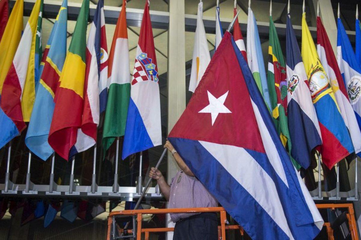 La bandera de Cuba es colocada en el Departamento de Estado de Estados Unidos. Foto:AFP