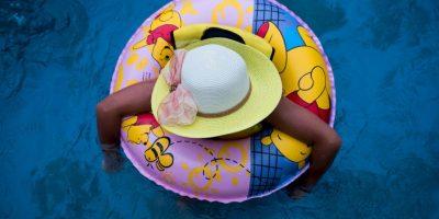 Niña nadando en China. Foto:AFP