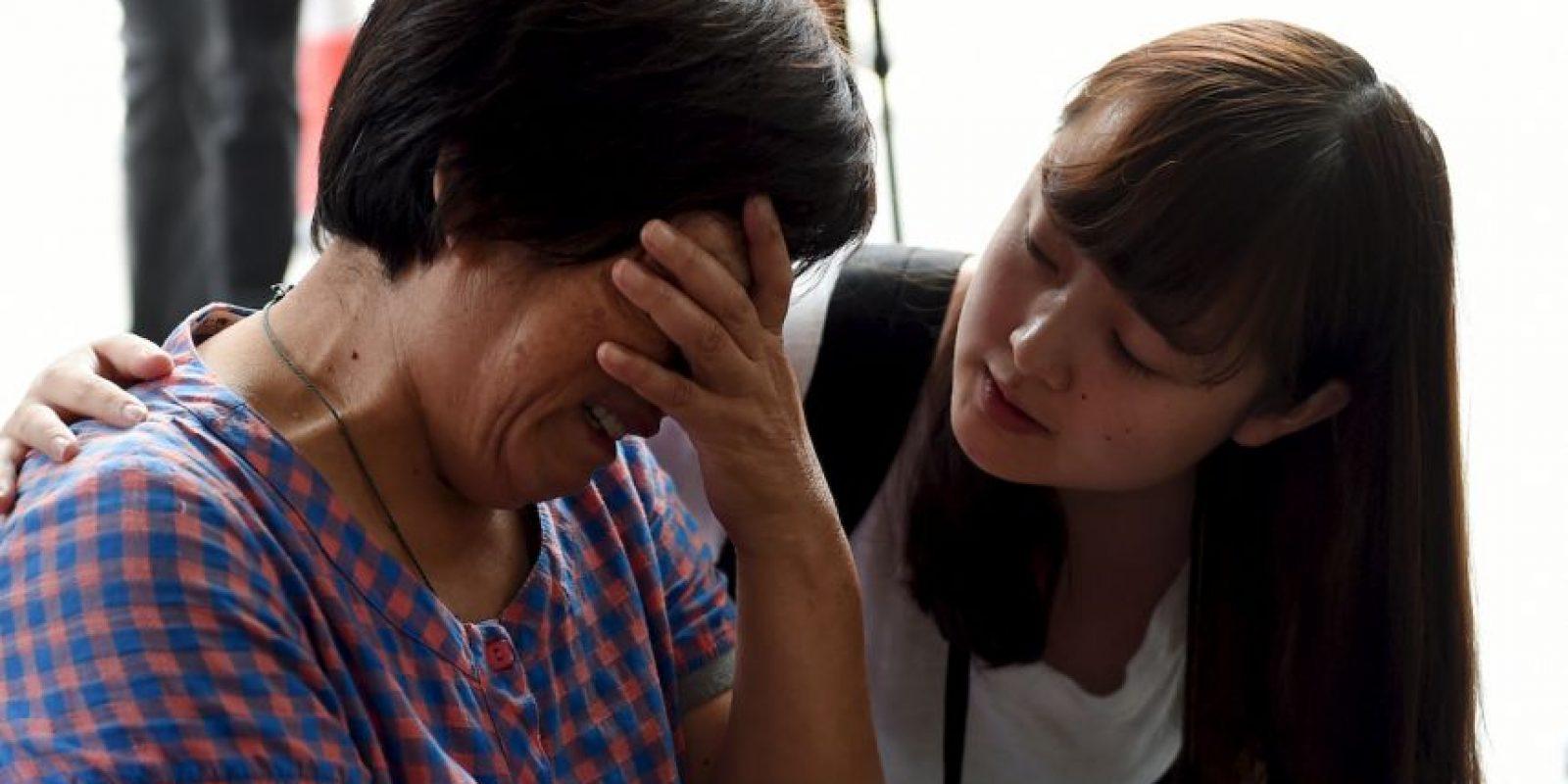 Familiares de pasajeros que iban en el vuelo MH370 lloran luego de que confirmaran que el ala que apareció en la isla Reunión en efecto pertenecía al avión desaparecido. Foto:AFP