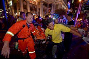 Rescatistas tras la explosión en santuario de Bangkok. Foto:AFP