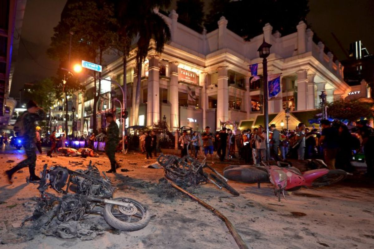 Soldados de Tailandia exploran donde explotó la bomba en el santuario de Bangkok. Foto:AFP
