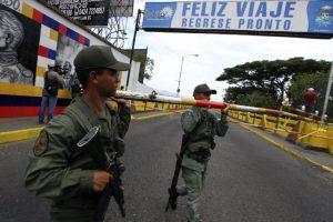 Informó el gobernador oficialista de Táchira, José Vielva Mora, refiriéndose a los supuestos grupos paramilitares que operan en el país. Foto:AFP