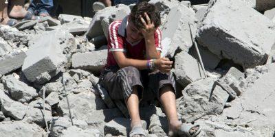 Niño llora en Siria luego de que un misil destrozara su hogar. Foto:AFP