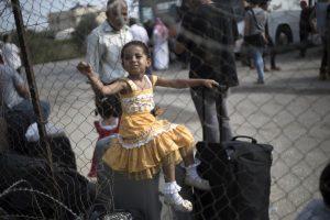 Niña espera con su familia para poder entrar a Egipto. Foto:AFP