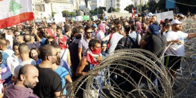 Los enfrentamientos estallaron cuando manifestantes trataron de cruzar una barrera de alambre alrededor de la sede del Gobierno. Foto:AFP