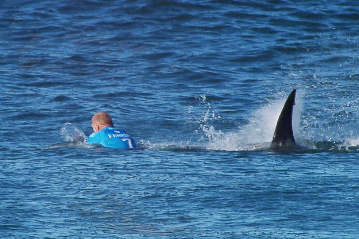 El surfista Mick Fanning en el momento en que fue atacado por un tiburón durante una competencia en Sudáfrica. Foto:AFP