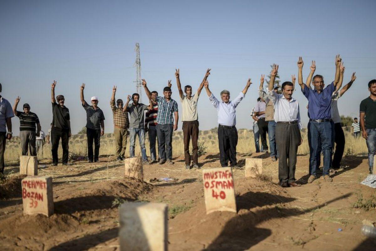 Gente hace señal de victoria en funeral de víctimas de ataque suicida con una bomba en Turquía. Foto:AFP