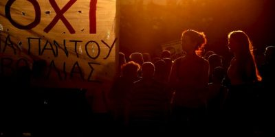 Manifestantes frente al Parlamento de Atenas. Foto:AFP