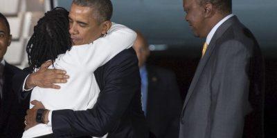 El presidente de Estados Unidos, Barack Obama abraza a su hermana al llegar a Kenia. Foto:AFP