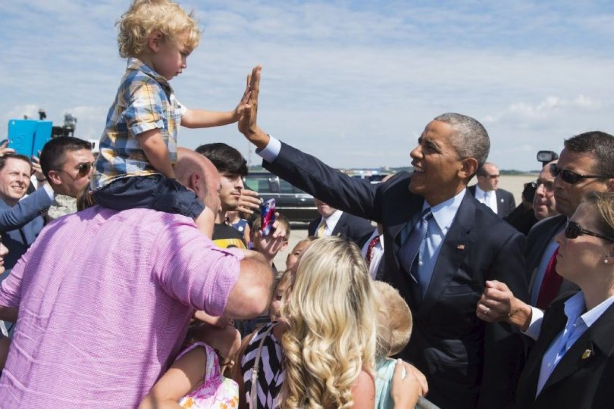 Obama choca la mano de un niño en Pennsylvania, Estados Unidos. Foto:AFP