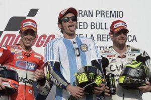 El italiano subió al podio vestido con una camisola albiceleste con el apellido y el número del exjugador argentino. Foto:AFP