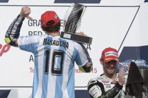 El italiano subió al podio vestido con una camisola albiceleste con el apellido y el número del exjugador argentino. Foto: AFP
