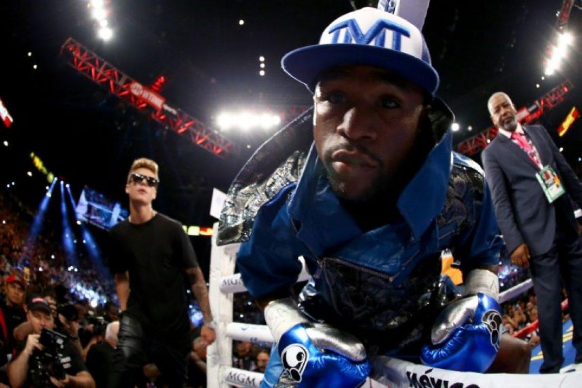 """El cantante es uno de los mejores amigos de """"Money"""" y estará a su lado en la pelea contra """"Pac-Man"""". Foto:AFP"""