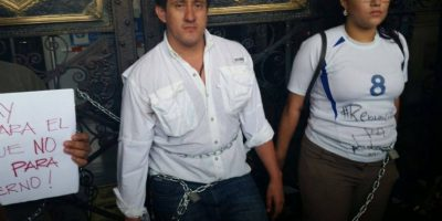 Manifestantes se encadenan para pedir la renuncia de Pérez y Baldetti