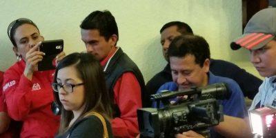 Carmen de Quevedo de Líder fotografía a periodistas en la conferencia. Foto:Kenneth Monzón