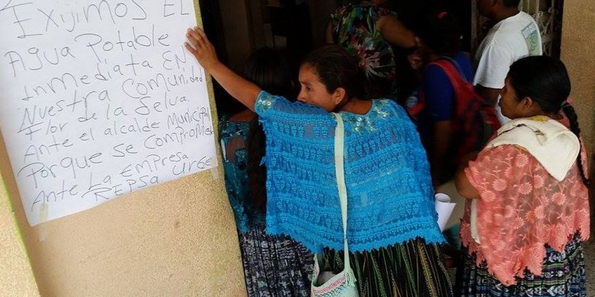 Vecinos afectados por la contaminación protestan por la falta de agua
