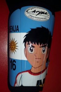 Tanto así, que usó estas espinilleras en el partido entre Argentina y Uruguay de la Copa América. Foto:Vía facebook.com/AFASeleccionArgentina
