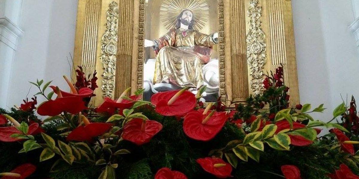 Decenas de arreglos florales se exponen en la Catedral