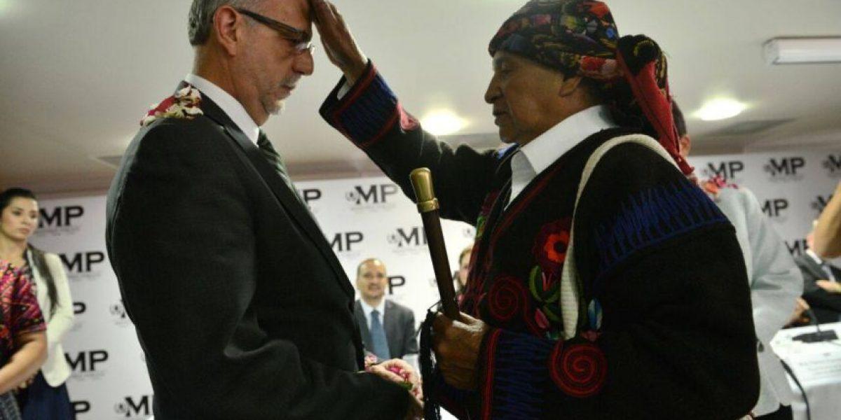El comisionado y la fiscal reciben apoyo en ceremonia maya de protección