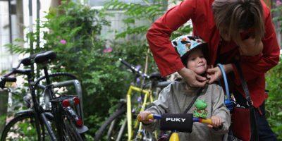 Para inculcar medios de transporte amigables a los pequeños del hogar. Foto:Getty Images