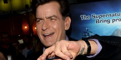 Charlie Sheen. Cuando todavía estaba en la escuela secundaria, Charlie Sheen fue arrestado por posesión de marihuana Foto:Getty Images