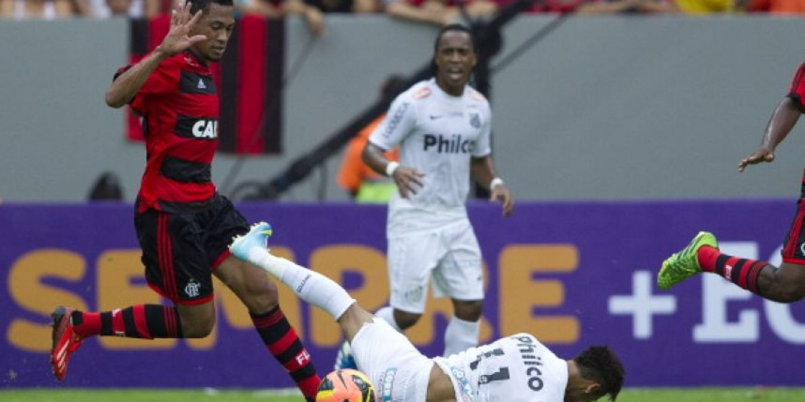 """Ante Flamengo, Neymar anotó un gol """"maradoniano"""", derribando defensas y quitándoselos, para que este tanto compitiera como uno de los mejores en 2011. Foto:Getty Images"""