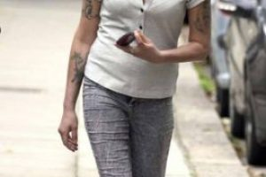 Amy Winehouse,caminando. Murió por síndrome de abstinencia. Foto:vía Getty Images