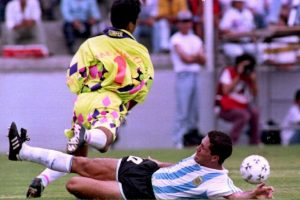 Los colores extravagantes comenzaron a usarse en los 90. Jorge Campos, aquero de México, los puso de moda. Foto:AFP