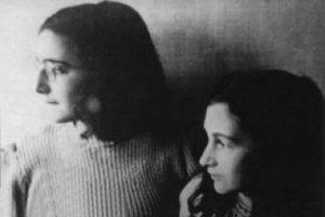 Anna Frank con su hermana, antes de ir a los campos de concentración en los que morirían.. Foto:vía Getty Images