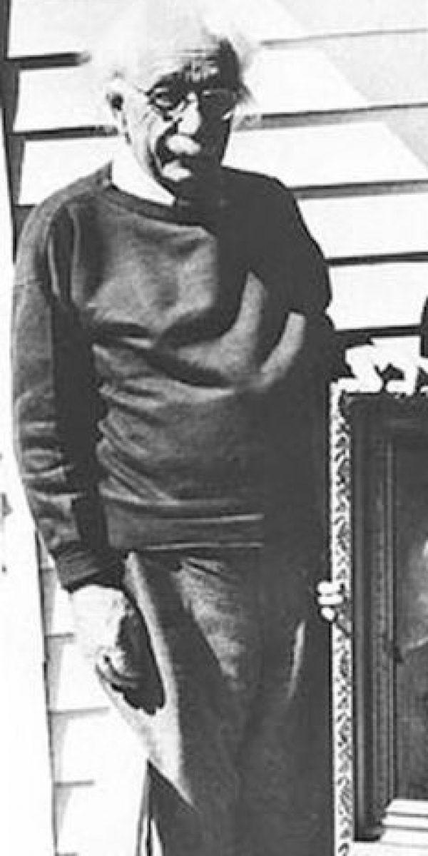 Albert Einstein, reposando. Murió de un aneurisma aórtico. Foto:vía Getty Images