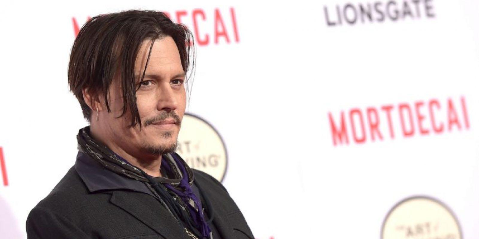 """Johnny Depp. En una entrevista con la revista """"GQ"""" habló de qué pasaría si sus hijos experimentaran con la marihuana. Ela actor dijo: """"Si deciden probar marihuana cuando sean mayores, prefiero ser su proveedor, ya que en la calle nunca sabes si estás recibiendo de la buena"""". Foto:Getty Images"""