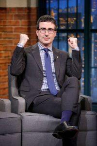 """Es conductor de programa de televisión """"Last Week Tonight"""" de HBO, y con su peculiar estilo humorístico, """"destrozó"""" a la FIFA. Foto:Getty Images"""