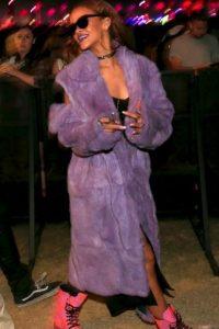 """Rihanna. Hay varias fotos de Rihanna fumando """"cigarrilos armados"""". Cuando más de uno comenzó a preguntarse por el contenido de dichos cigarros, escribió en su Twitter: """"Cigarro de Kush, el vaso lleno…¡prefiero las buenas cosas!"""". El Kush es una variedad de marihuana. Foto:Getty Images"""