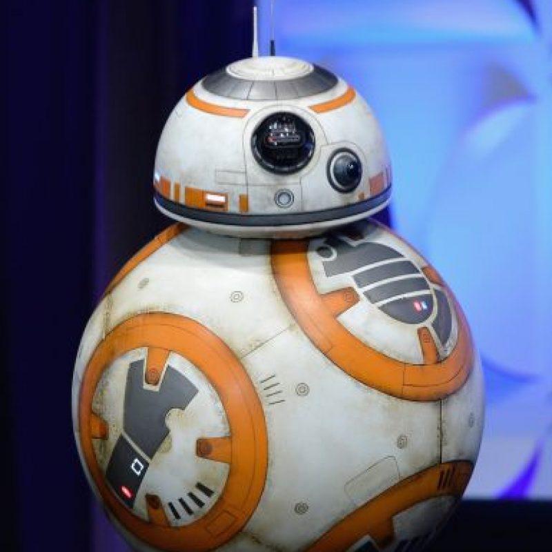 El androide sorprendió a muchos fanáticos, pues es totalmente real, es decir, se manipula y funciona como un robot verdadero Foto:Star Wars Celebration