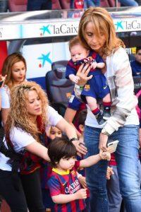 Shakira acompañada de Monserrat Bernabéu, la madre del jugador, asistió al partido Foto:Getty Images