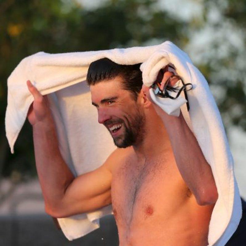 Michael Phelps. Tras las Olimpiadas de 2008, en las que ganó 8 medallas oro, apareció una imagen donde se le ve fumando marihuana con una pipa. Por esto, Phelps perdió el apoyo de algunas marcas y fue suspendido de la natación por 3 meses. Foto:Getty Images