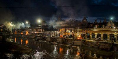 Los nepalíes han realizado cremaciones masivas para disponer de los cuerpos de sus familiares. Sin embargo, se agota la madera que utilizan para hacer las tradicionales pilas y el número de fallecidos sigue aumentando. Foto:Getty Images