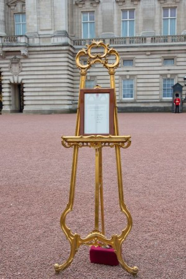 Luego se colocó el tradicional anuncio en el Palacio de Buckingham. Foto:Getty Images