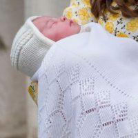 A su vez, a las afueras del Hospital de St Mary's, la llegada de la bebé fue anunciada por un hombre con una campana y vestido con ropajes del siglo XVII. Foto:Getty Images