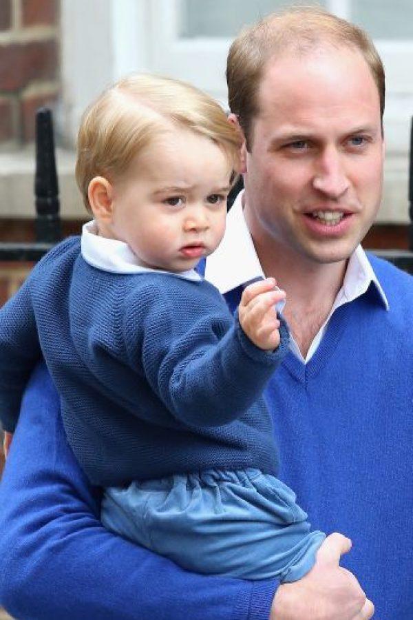 También se ha indicado que la duquesa de Cambridge tuvo que haber dado a luz días antes de la presentación de la niña, y no el mismo sábado como se comunicó. Foto:Getty Images