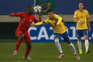 En el duelo ante Perú Neymar no hizo una… sino dos jugadas de fantasía, lo peor es que el defensa rival quedó humillado y nada contento. Foto:Getty Images