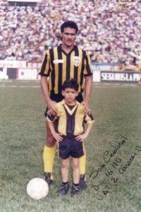 En estas imágenes, compartidas en su Facebook oficial, Falcao aparece de niño con su padre Radamel García. Foto:Vía facebook.com/pages/Falcao