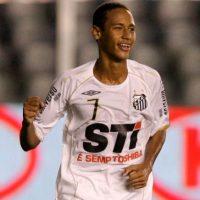 Tenía 17 años cuando debutó con el Santos de Brasil. Foto:Getty Images
