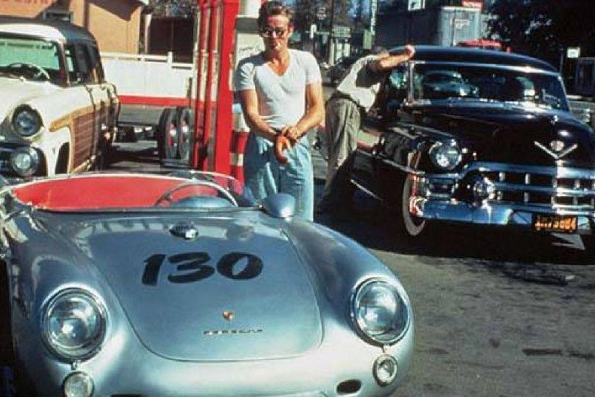 James Dean, con el auto en el que se accidentó. Foto:vía Getty Images