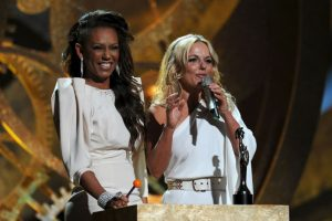 El 16 de febrero de 2010, Mel B y Geri Halliwell presentaron una categoría en los Brits Awards Foto:Getty Images