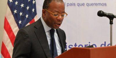 """Embajador de EE. UU. afirma que las protestas deben """"enfocarse"""" en el Congreso"""