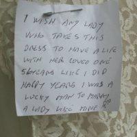 """Pero hallaron esta nota: """"Quiero que la mujer que use este vestido tenga la felicidad que yo tuve en 56 años con mi amada. Tuve suerte al casarme con ella"""". Foto:vía eBay"""