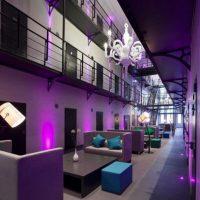 Cuenta con baños privados, áreas comúnes, sofás, televisiones, sala de pesas y cocina integral Foto:vía twitter.com/Arronte